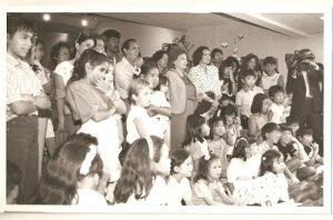 児童基金館での第1回折り紙展、当時のルシンチ大統領夫人を迎え。カラカス日本人学校長や生徒児童も参加してくれた開会日の写真(1988)