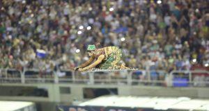 モシダーデのコミッソン・デ・フレンテ、ドローンを使って本当にじゅうたんが空を飛んでいるように見せた(Cezar Loureiro/Riotur)