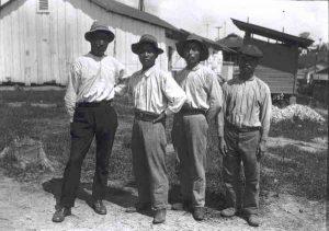 アマゾン下りの日本移民とみられる写真「マデイラ鉄道の建設に従事する東洋系労働者(1909―1910年)」(BNDES e Museu Paulista da USP, cortesia: Carlos E. Campanh・http://vfco.brazilia.jor.br/ferrovias/efmm/Dana-Merrill-Museu-USP-foto-015.shtml)