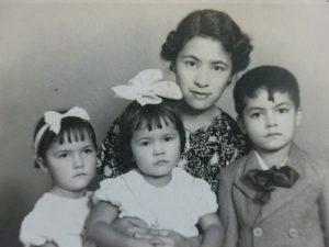三人の子供に恵まれた母・芳子さん(家族所蔵)