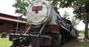 かつてのポルト・ヴェ―リョ駅舎に展示(放置?)されている機関車の実物