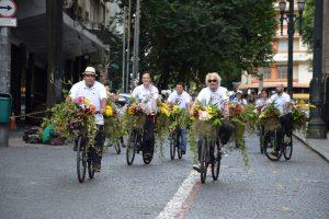 笑顔で自転車を走らせる東さん(前方左)