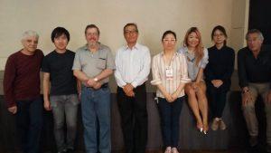 『日本の歴史』講演会のスタッフ(中央が佐藤フランシスコ会長)