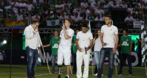 試合前のセレモニーに登場した、飛行機事故の生還者たち(Sirli Freitas/Chapecoense)