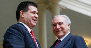 昨年10月、パラグアイを公式訪問した際のブラジルのテメル大統領(右)とパラグアイ、カルテス大統領(左)(Beto Barata/PR)