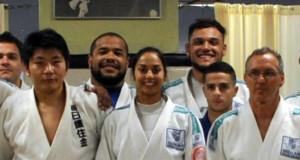 ロンドン五輪銅メダリストの西山将士さん(左)が来伯指導時、集合写真に収まるマリアナ選手(中央)