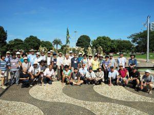 コパカバーナ要塞の反乱の18英雄像の前で記念撮影する一行