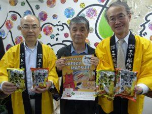 左から来社した五十嵐製麺の武藤さん、福島県人会の曽我部事務局長、五十嵐製麺の五十嵐代表取締役