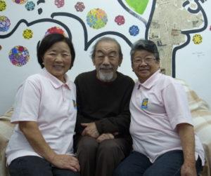 左から来社した西村会長、画家の金子さん、大野副会長