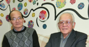 (左から)来社した城間会長、仲村実行委員長