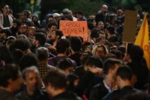 「テメルは終わりだ」とのプラカードを掲げる、サンパウロ市パウリスタ大通りの群衆(Paulo Pinto/AGPT)