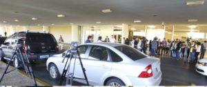 上院の執務室を捜索するために乗り付けられた連警の覆面パトカーと入り口に群がる報道陣(Marcelo Camargo/Agência Brasil)