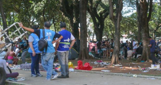 プリンセーザ・イザベル広場に集まった常用者とそれを見守る市の職員(Fernanda Carvalho/Fotos Publicas)