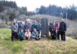 千葉家の皆さんと例の石碑を囲んで記念撮影する文学アカデミー一行(石碑から左に2人目が宮村会長)