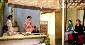 茶道の体験コーナーの様子(文協提供)