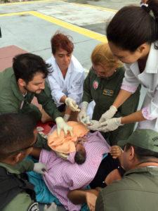 パラー州ベレンのサンタカーザ病院に運ばれてきた妊婦がヘリポートで生んだ赤ちゃんを取り扱う医師や看護婦達(ASCOM/SEGUP)