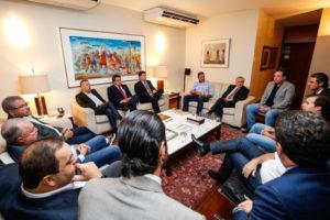 下院議長公邸で与党の下議たちと会合を持つテメル大統領(Alan Santos/PR)