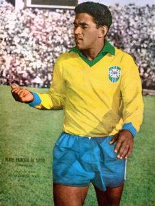 1962年W杯チリ大会で、1958年スウェーデン大会に続く、ブラジルのW杯連覇に貢献したマネ・ガリンシャ(El Gráfico)
