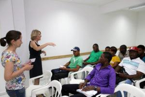 パラナ州クリチーバ市でハイチ難民向けに開設されたポルトガルゴ講座(Foto: Cesar Brustolin/SMCS)