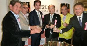 鏡割りで前途を祝った関係者(左から3人目が田所社長、4人目が石塚尚最高顧問、5人目が高木社長)