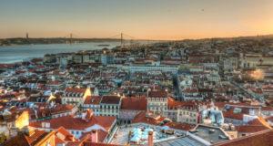 首都リスボンの美しい夕暮れ(By Alexander De Leon Battista (Flickr), via Wikimedia Commons)