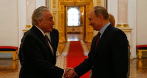 クレムリン宮殿でプーチン大統領(右)と挨拶を交わすテメル大統領(Beto Barata/PR/Fotos Pública)