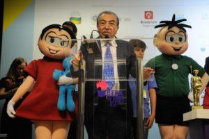 自身のキャラクター、モニカ(左)とセボリーニャ(右)を従えたマウリシオ・デ・ソウザ(Tânia Rêgo/Agência Brasil)