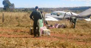 コカイン空輸中にブラジル空軍に発見され、強制着陸させられた双発機(PM Goiás/Fotos Públicas)