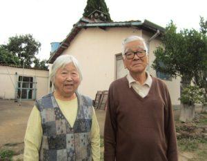 健康の秘訣は毎朝身体を動かすこと。「最近はウォーキングというよりも、散策に変わった」という大浦文雄さん(93歳)と千代子さん(87歳)夫妻