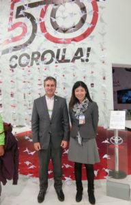 (左から)ブラジル・トヨタのヒカルド・バストス取締役と益岡アンジェラさん