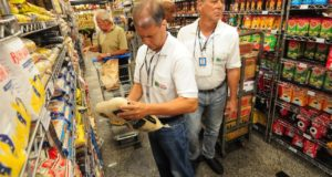インフレ抑制、失業微減の公式発表にも、消費者心理は未だ慎重だ(参考画像 - Omar Freire/Imprensa MG)