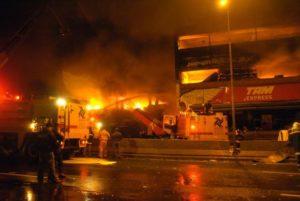 事故直後、飛行機がぶつかり炎上する近隣のTAM社の建物(Milton Mansilha/Agência Lusa)