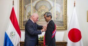 パ国政府から「国家功労大十字章」を叙勲された上田喜久(うえだよしひさ)大使(右)