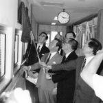 神内氏の貢献を感謝するプレートの除幕式(左から2人目が神内氏)