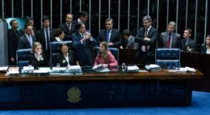 採決実施阻止のため、議長卓を占有した野党議員たち(Lula Marques/AGPT)