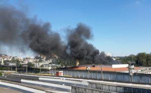 黒煙が上がるピニェイロス刑務所(Rovena Rosa/Agência Brasil)