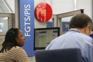 連邦貯蓄銀行(Caixa)でFGTSの引き落としを待つ人々(Fabio Rodrigues Pozzebom/Agência Brasil)