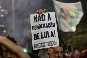 「ルーラを有罪にするな」との紙を掲げるルーラ支持者(Roberto Parizotti/CUT Doação)