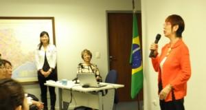 講演中の南さん(左から2番目が清水会長)
