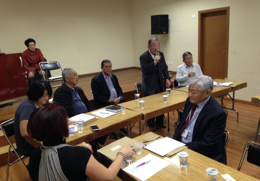 リベルダーデ広場改名の署名を呼びかけるACALの網野評議員会長
