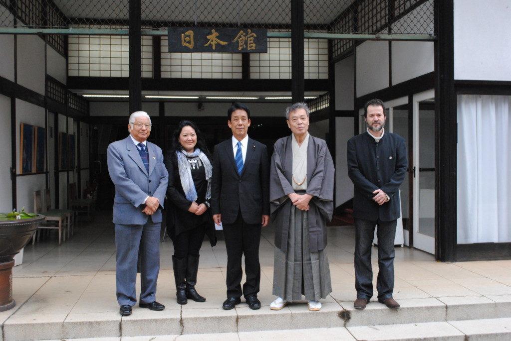 日本館を訪問した川端衆議(中央)と穀田衆議(右から2番目)