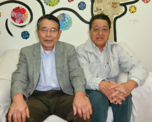 (左から)中沢会長、長井技師