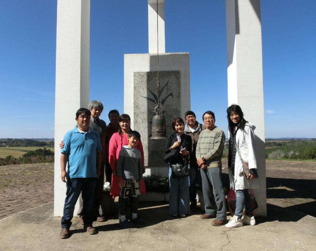 石橋さん(左端)、寄川さん(左から4番目)と井上祐見さん、平和史料館再建委員会会員ら