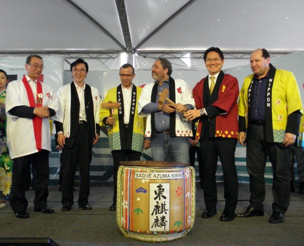 鏡割りで開会祝い(左端が谷口実行委員長、右から2番目が細田副市長)