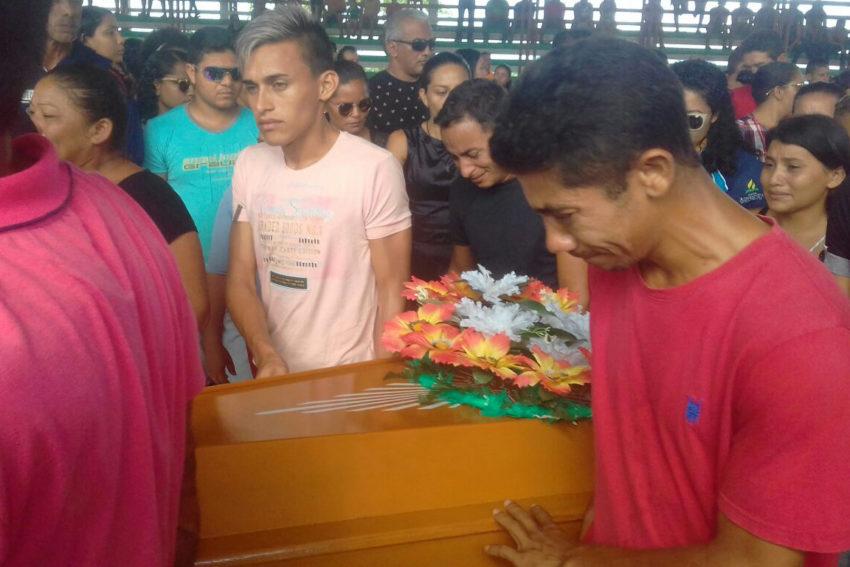 パラー州ポルト・デ・モス市で、事故で亡くなった人の棺に寄り添う人々(MÁRCIO FLEXA/SECOM)