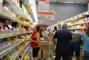 インフレ抑制は、低所得者層にはありがたいが、逆に経済の冷え込みは賃金伸び悩み、雇用削減で、低所得者層を真っ先に直撃する(参考画像 - Tânia Rêgo/Agência Brasil)