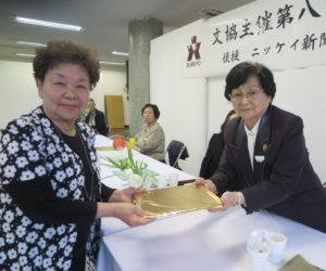 富重久子選者(右)から特選に選ばれた西谷律子さん(左)