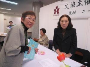 小斎棹子選者(右)から特選に選ばれた森りつ子さん(左)