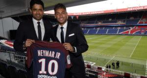 PSGへの移籍が正式決定したネイマール(右)(C. Gavelle/PSG)