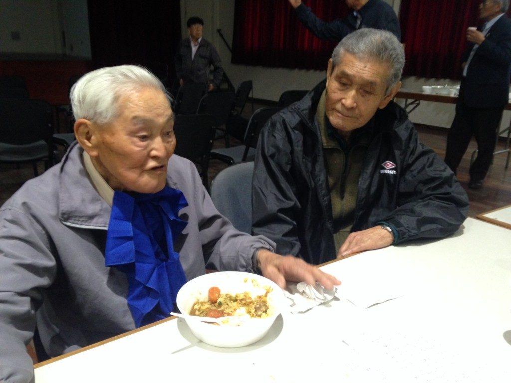 偶然隣り合わせた前田さんと井上さん